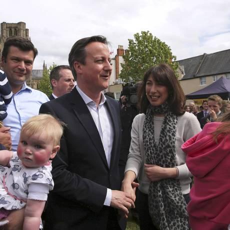 Premier David Cameron e sua mulher Samantha conversam com o público durante ato de campanha na cidade de Bath Foto: POOL / REUTERS