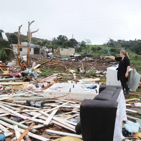 Centenas de moradores das áreas de Xanxerê mais atingidas pelo tornado reviram entulhos Foto: Sirli Freitas/Agência RBS