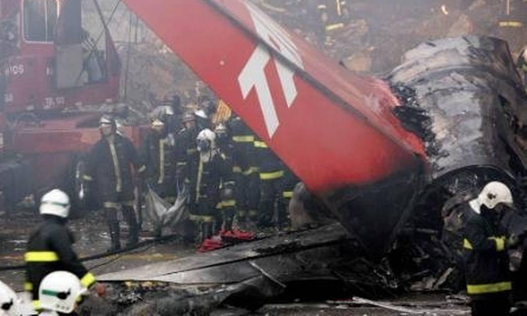 Registro do trabalho dos bombeiros após a tragédia, em 2007 Foto: Rickey Rogers / OGlobo
