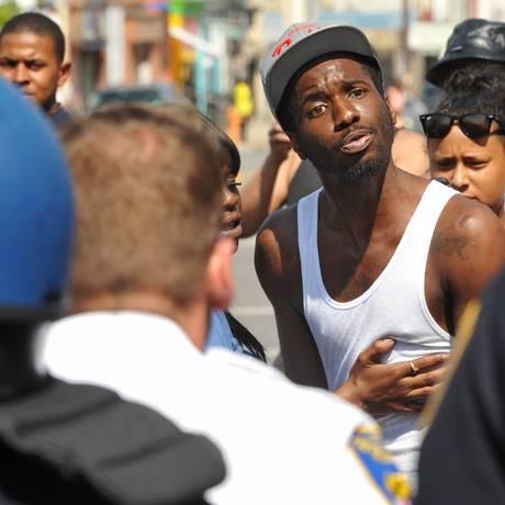 Policiais e manifestantes durante protesto em Baltimore. Relações raciais são as piores já registradas nos Estados Unidos durante o governo de Barack Obama Foto: Amy Davis / AP
