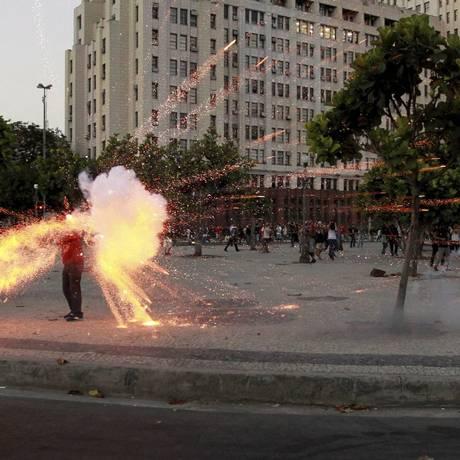 Cinegrafista Santiago Andrade é atingido na manifestação, em fevereiro do ano passado Foto: Domingos Peixoto/6-2-2014