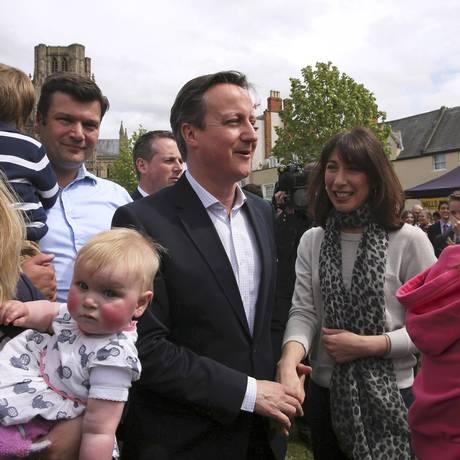 Reta final. O primeiro-ministro britânico, David Cameron, e sua mulher Samantha, à direita, durante encontro com eleitores na cidade de Bath Foto: POOL / REUTERS