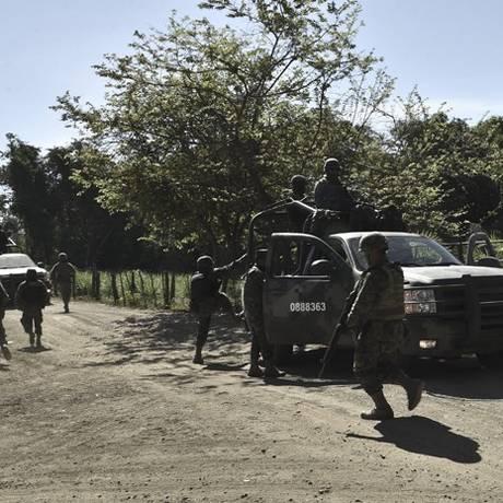 Soldados da 88ª brigada de infantaria patrulham área onde helicóptero militar foi derrubado Foto: AFP