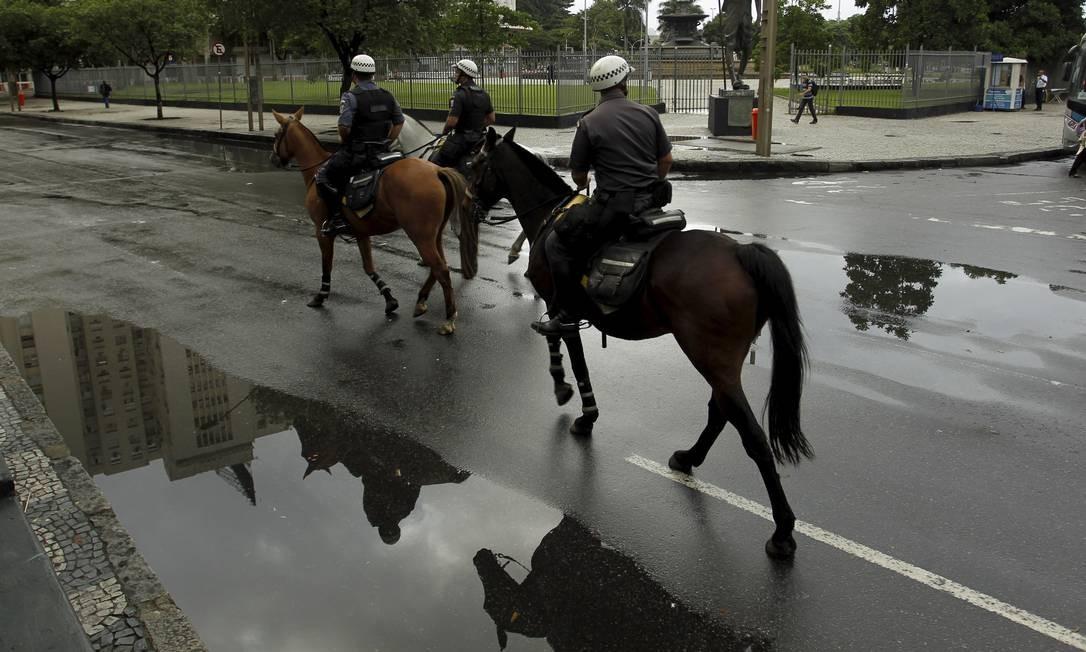 A Polícia Militar iniciou nesta terça-feira o policiamento com homens a cavalo e em bicicletas nas ruas do Centro do Rio Foto: Gabriel de Paiva / Agência O Globo