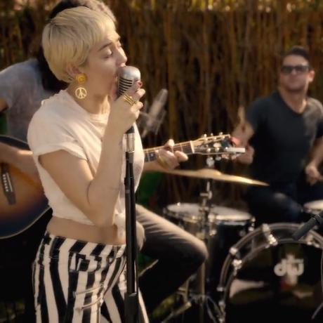 Miley Cyrus e Joan Jett apresentam 'Different' no quintal Foto: Reprodução
