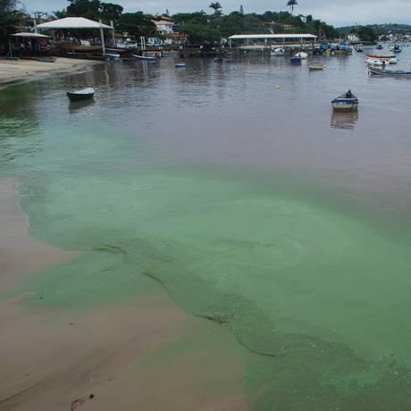 Água com tonalidades verde e marrom chama atenção na Orla Bardot, em Búzios Foto: Divulgação/Gustavo Medeiros