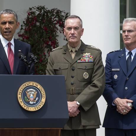 Obama com o general Dunford (ao centro): chefe de Estado Maior Conjunto Foto: NICHOLAS KAMM / AFP