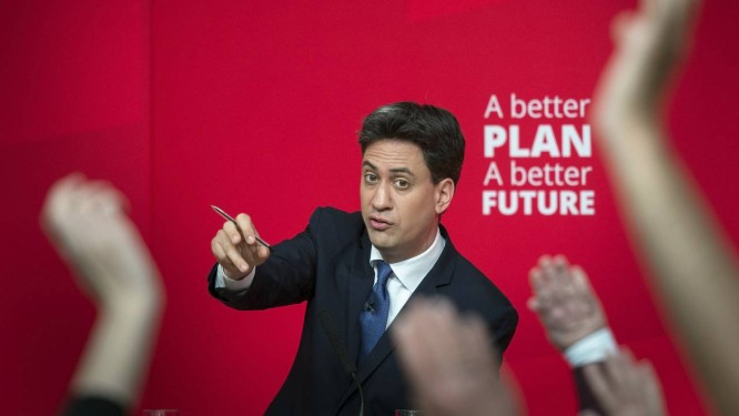 Miliband é saudado em evento de campanha: apesar de pouco incisivo, trabalhista tem perfil de 'homem do povo' Foto: Stefan Rousseau / AP