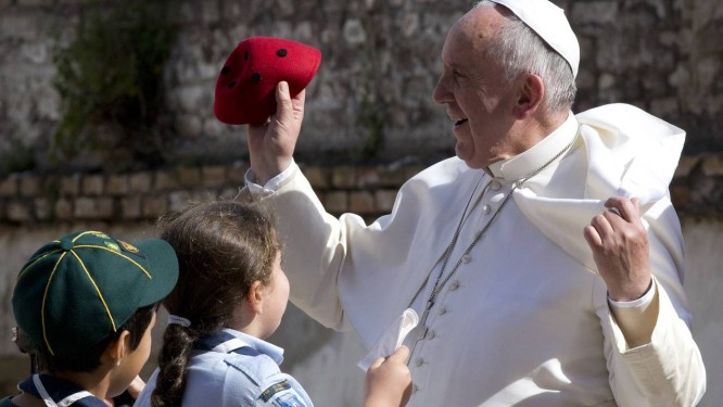 Papa Francisco durante visita a igreja nos arredores de Roma no último fim de semana. Pontífice irá se reunir com presidente cubano, Raúl Castro, no domingo, e visistará Cuba em setembro Foto: Andrew Medichini / AP