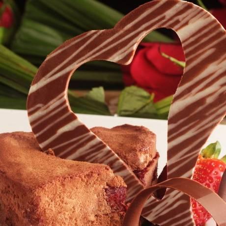 Presente. O coração de chocolate com calda de framboesa, caramelo balsâmico e pimenta-rosa integra o menu especial do Windsor Barra para o Dia das Mães (R$ 140 + taxa de serviço) Foto: Divulgação / Berg Silva