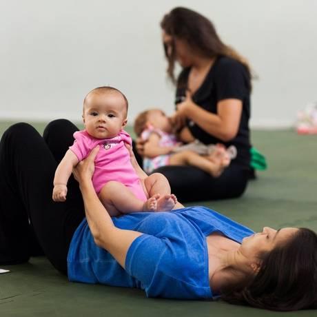 Busca pela afetividade. A Prática Mamãe Bebê une ioga, shantala e outros exercícios corporais Foto: Bárbara Lopes