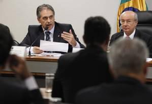 O relator da comissão mista da MP 664, deputado Carlos Zarattini (PT-SP), ao lado do presidente da comissão senador José Pimentel (PT-CE), durante sessão no Congresso Foto: Givaldo Barbosa / O Globo
