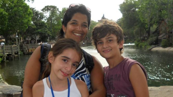 Na torcida. Sílvia Sacramento com Maria Carolina e Luca, dois de seus sobrinhos: férias para assistir aos Jogos Foto: Álbum de família/divulgação / Arquivo pessoal