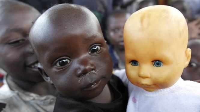 Menina congolesa segura boneca em campo de refugiados na região do Kivu do Norte, em 2013. Área virou palco de conflitos entre o Exército nacional e rebeldes de Uganda, que passaram a atacar membros das forças de paz da ONU Foto: THOMAS MUKOYA / REUTERS