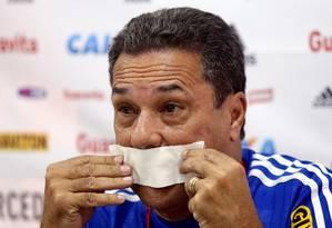 ES Rio de Janeiro (03/04/2015) Treino do Flamengo no Ninho do Urubu. Técnico Wanderley colocando uma mordaça. Foto: Cezar Loureiro/ Agência O Globo. Foto: Cezar Loureiro / Agência O Globo