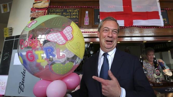 O líder do Ukip, Nigel Farage, comemora o nascimento do bebê real: críticas à imigração e ufanismo marcam discurso de candidato Foto: AP/2-5-2015
