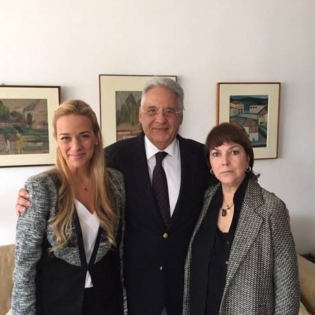 Lilian Tintori, mulher do venezuelano Leopoldo López, com Fernando Henrique Cardoso e Mitzy Capriles, mulher de Antonio Ledezma Foto: Twitter / Reprodução