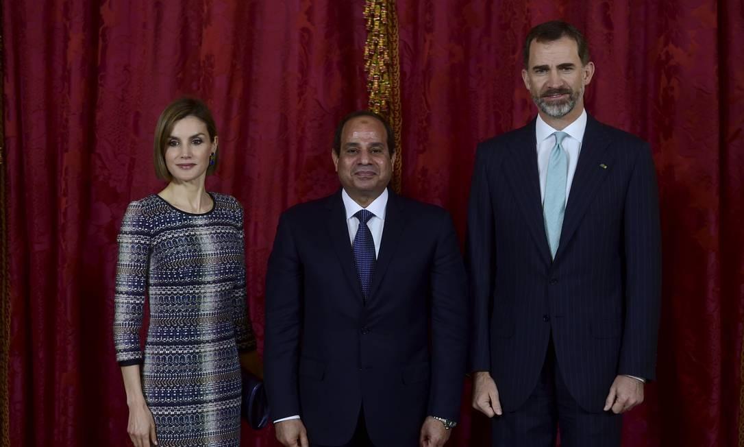 A rainha Letizia com o presidente egípcio, Abdel Fattah al-Sisi, e o rei da Espanha Felipe VI, em Madri: parentes da monarca são acusados Foto: POOL / REUTERS
