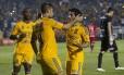 Rafael Sóbis comemora o gol de empate do Tigres contra o Universitário de Sucre