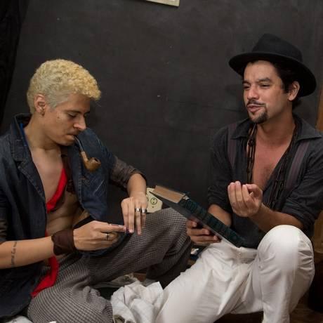 """Dois poetas vivem em um quarto minúsculo em """"Saliva de Rimbaud"""", que estreia no Sesc Foto: Zzn Peres / Divulgação"""