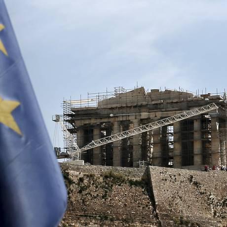 Bandeira da União Europeia é vista em primeiro plano, com o antigo Parternon no fundo Foto: ALKIS KONSTANTINIDIS / REUTERS