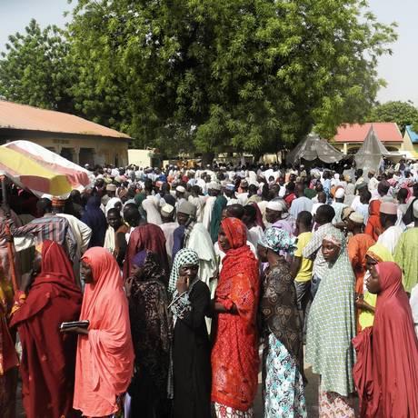 Foto de 28 de março de 2015 mostra eleitores de um campo de deslocados em Maiduguri tirando registro para as eleições presidenciais da Nigéria Foto: STRINGER / AFP