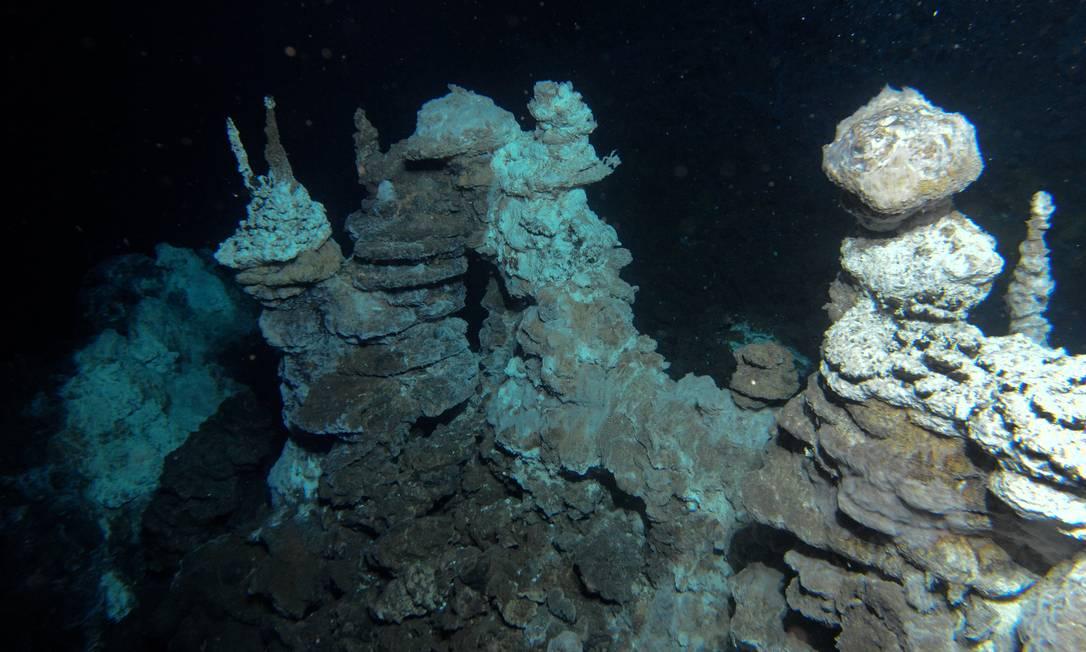 Imagem das fontes hidrotermais do 'Castelo de Loki', onde os pesquisadores encontraram a nova linhagem de micro-organismos Foto: R.B. Pedersen/Centro de Geobiologia da Universidade de Bergen