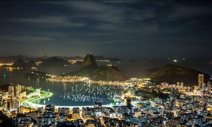 Vista noturna do bairro de Botafogo, com o Pão de Açúcar ao fundo Foto: Arquivo / O Globo
