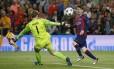 Messi toca por cima de Neuer para marcar o segundo gol do Barcelona sobre o Bayern