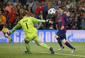Messi toca por cima de Neuer para marcar o segundo gol do Barcelona sobre o Bayern Foto: Paul Hanna / REUTERS
