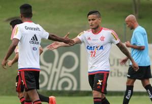 Everton (22) cumprimenta Gabriel após abrir o placar para o Flamengo, de pênalti, contra o Bragantino Foto: Gilvan de Souza/Flamengo