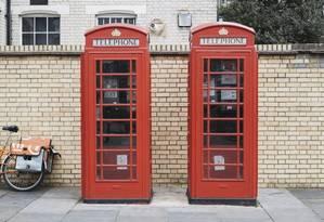 As tradicionais cabines telefônicas britânicas em Pimlico Road, em Londres Foto: TOM JAMIESON / The New York Times