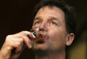 Nick Clegg. Líder dos Liberal-Democratas prova uísque em visita à Escócia durante a campanha eleitoral Foto: CATHAL MCNAUGHTON / REUTERS