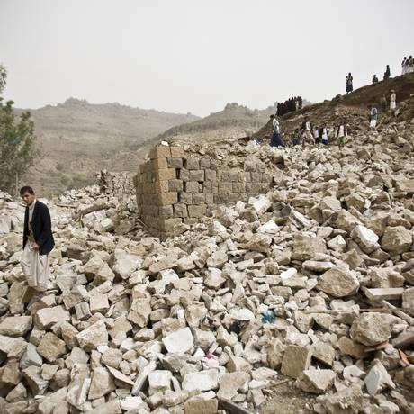 Iemenitas buscam sobreviventes entre escombros em vilarejo atingido por bombardeio da coalizão liderada pela Arábia Saudita, nos arredores de Sanaa. País pediu intervençao militar terrestre à ONU para dar fim ao conflito Foto: Hani Mohammed / AP