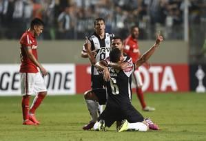 Abraçado a Rafael Carioca, Leonardo Silva (6) festeja o gol que marcou aos 49 do 2º tempo para empatar o jogo para o Atlético-MG contra o Internacional, pela Libertadores Foto: Eugenio Savio / AP