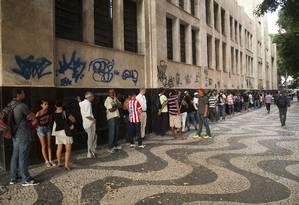 Fila para tirar a carteira de trabalho e solicitar o seguro-desemprego no Ministério do Trabalho, no Rio Foto: Adriana Lorete/16-3-2015 / O Globo
