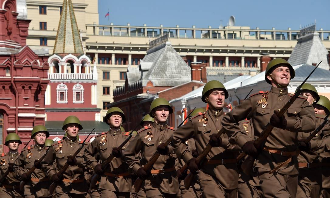 Vestindo uniformes da época do conflito, soldados participam marcham pela Praça Vermelha KIRILL KUDRYAVTSEV / AFP