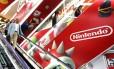 Consumidores passam por anúncio da Nintendo em loja de Tóquio