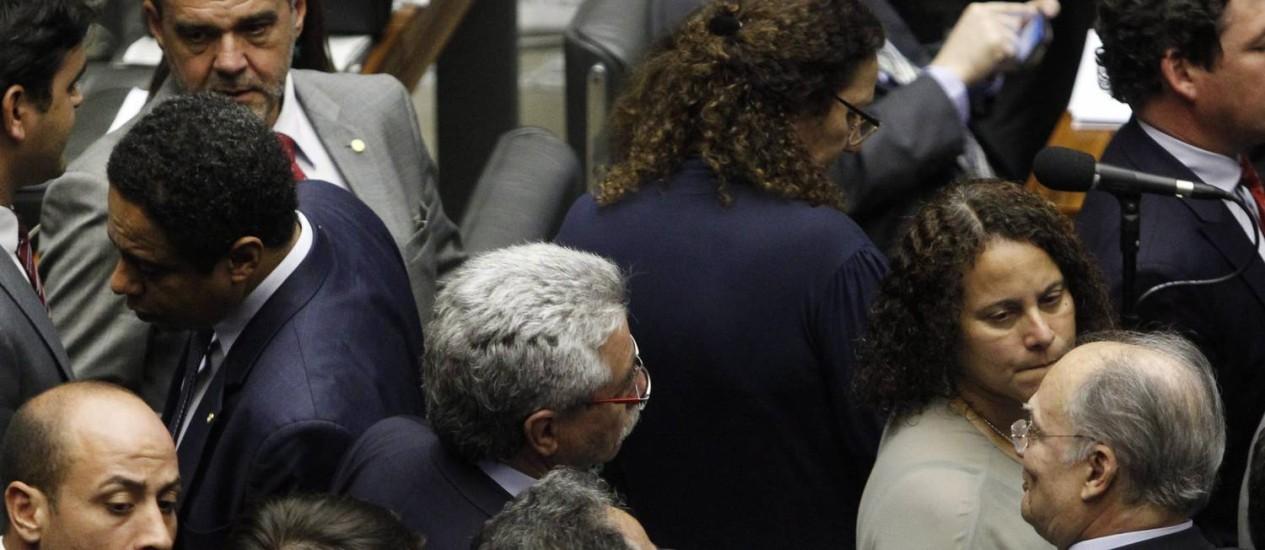 A deputada Jandira Feghali (de costas) acusou o deputado Roberto Freire (PPS-SP) de ter batido nas costas do comunista Orlando Silva (SP) e de ter empurrado seu braço Foto: Givaldo Barbosa / Agência O Globo