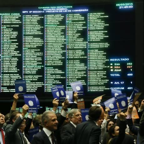 Deputados da oposição protestam durante a aprovação da MP665 Foto: André Coelho / Agência O Globo