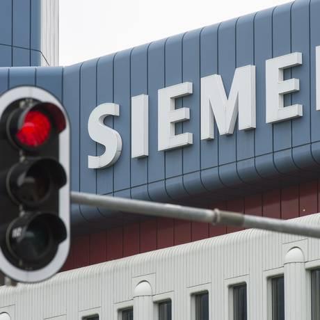 Um sinal vermelho se destaca numa dos prédios da Siemens, em Munique Foto: LUKAS BARTH / LUKAS BARTH/REUTERS