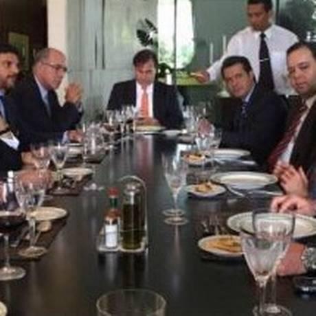 Parlamentares do DEM durante almoço com o vice-presidente Michel Temer Foto: Reprodução Facebook