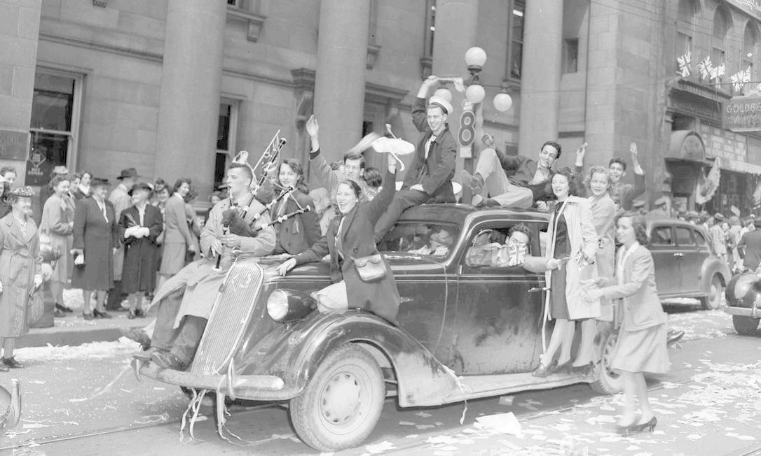Militares e civis comemoram o Dia da Vitória em Ottawa, no Canadá. HANDOUT / REUTERS
