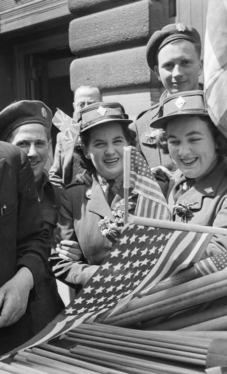 Soldados canadenses e integrantes do Exército de Mulheres Canadenses compram bandeiras para comemorar o Dia da Vitória na Inglaterra Foto: HANDOUT / REUTERS