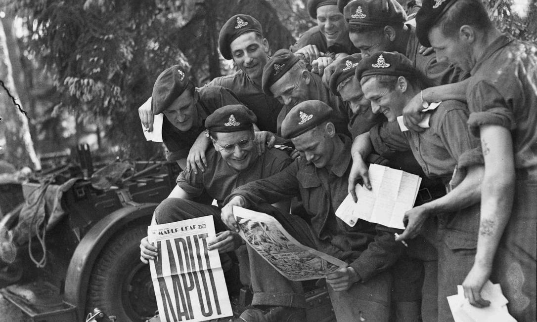 Militares do décimo segundo regimento da Artilharia Canadense mostram jornal destacando a vitória na guerra HANDOUT / REUTERS