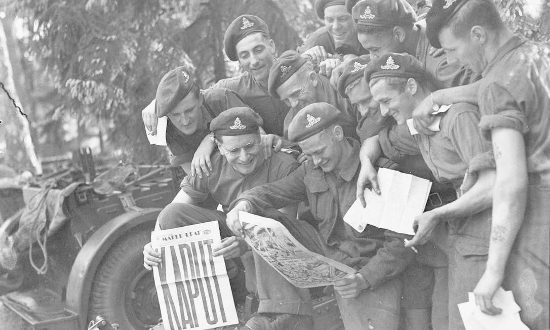 Militares do décimo segundo regimento da Artilharia Canadense mostram jornal destacando a vitória na guerra Foto: HANDOUT / REUTERS