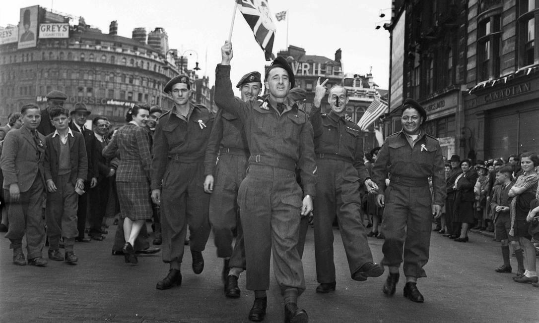 Soldados canadenses comemoram o Dia da Vitória em Londres HANDOUT / REUTERS