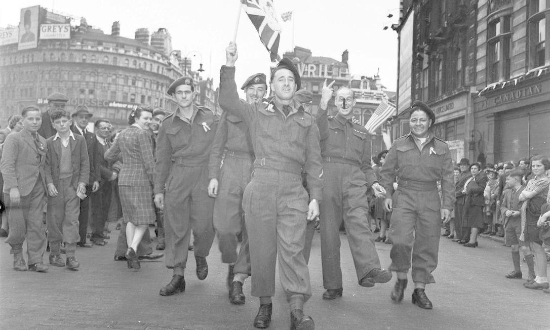 Soldados canadenses comemoram o Dia da Vitória em Londres Foto: HANDOUT / REUTERS