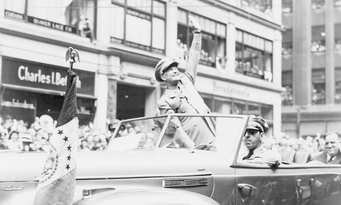 O general americano Dwight D. Eisenhower, que se tornará presidente em 1953, acena para a multidão nos Estados Unidos HANDOUT / REUTERS