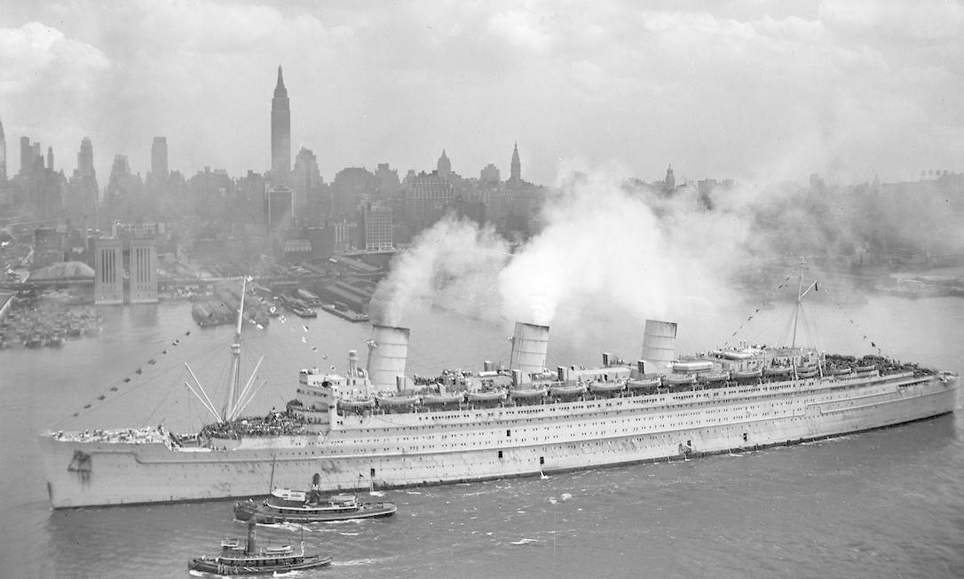 O navio britânico Queen Mary chega com milhares de tropas americanas da Europa em Nova York Foto: HANDOUT / REUTERS